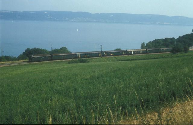 SLMNr 4017 : SBB Lokomotive Re 4/4 I 438 resp. 10038 - 2 Serie ohne Stirnwandtüre ( Baujahr 1950 - Hersteller SLM Nr. 4017 - BBC MFO SAAS - Foto Mario Stefani 15.07.1994 ) mit Regionalzug bei Vaumarcus im Kanton Neuenburg - Neuchâtel der Schweiz
