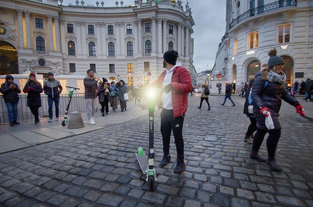 Hombre con patinete en Michaelerplatz