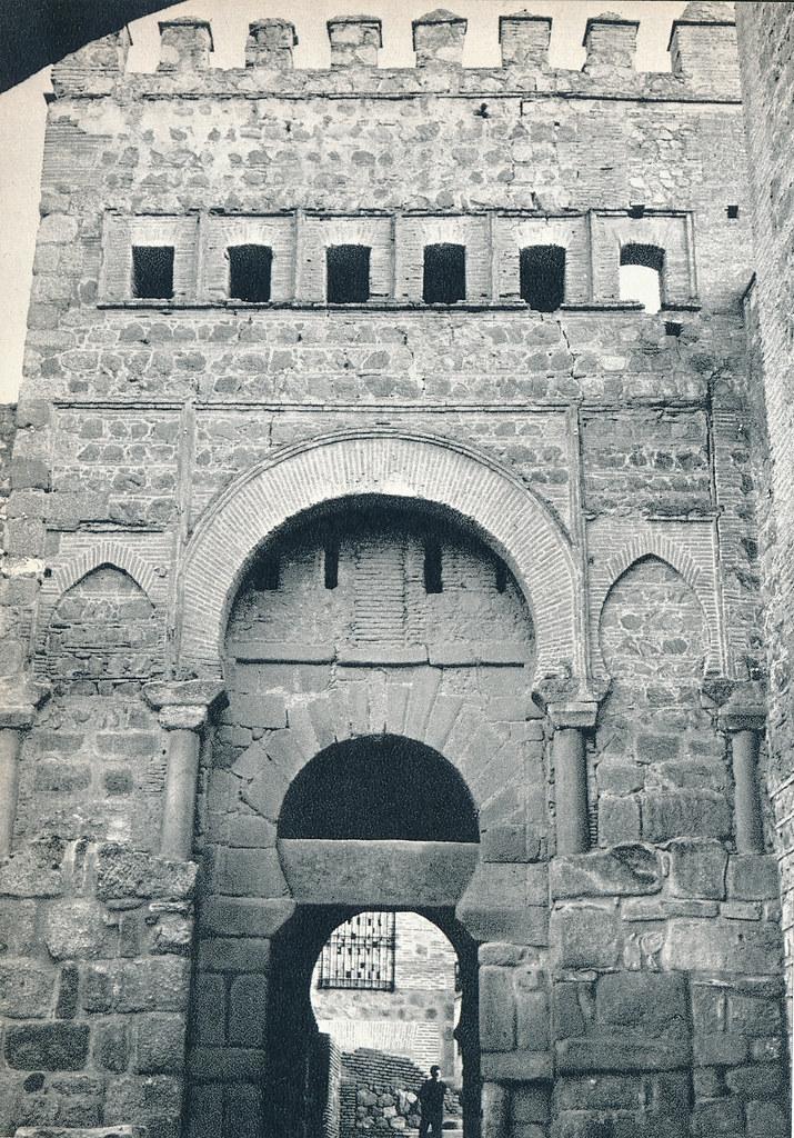 Puerta Vieja de Bisagra en Toledo hacia 1967 por Marc Flament