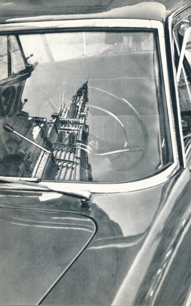 Reflejo de la catedral en un coche en Toledo hacia 1967 por Marc Flament