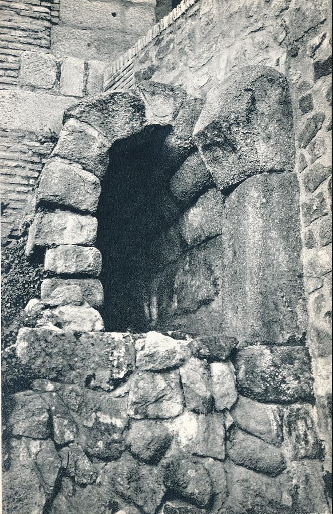 Alcantarilla bajo el Cristo de la Luz en Toledo hacia 1967 por Marc Flament