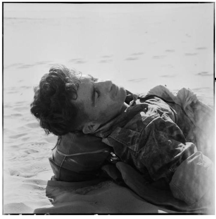 El sargento Sentenac yace muerto en la batalla de Timimoun el 21 de noviembre de 1957. Fotografía de Marc Flament.  ECPAD – Collection Flament. Référence : FLAM 57-24 R39