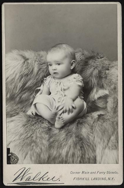Archiv U779 Mädchenporträt auf Pelzdecke, New York, USA, 1900er