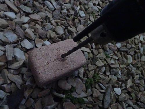ブロック塀にドリルで貫通する穴をあけるのは素人はやめろ