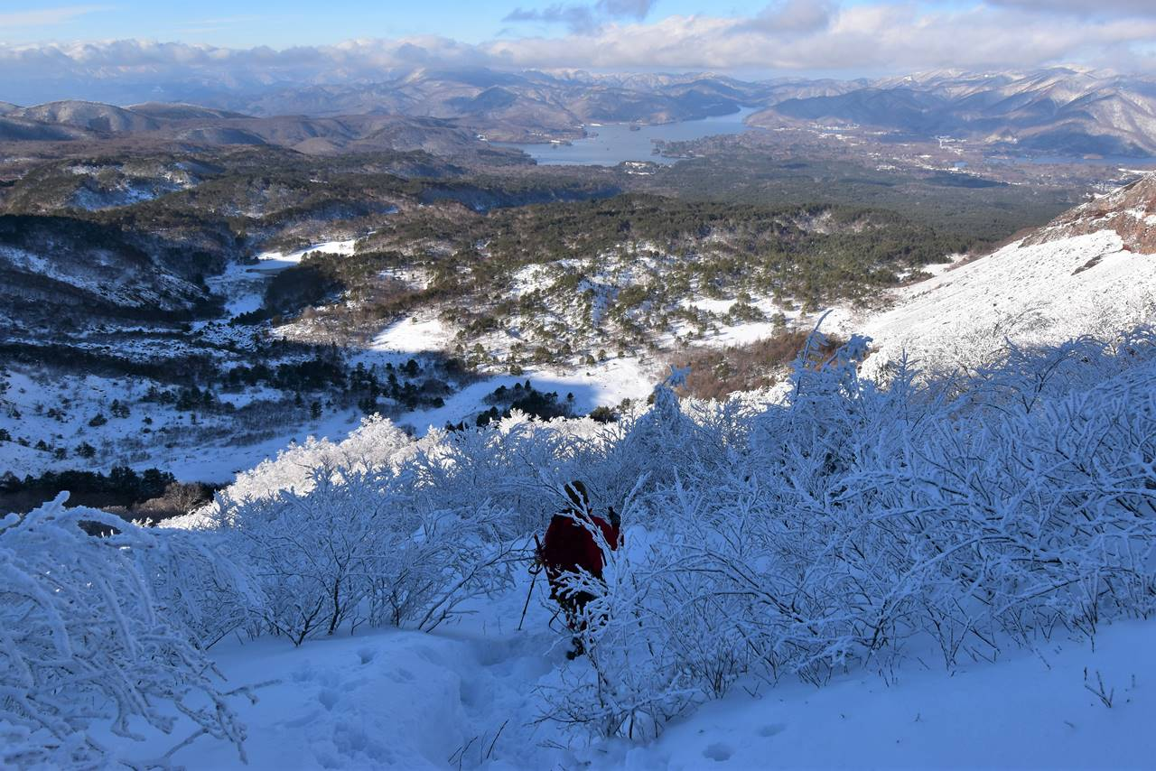 冬の磐梯山 火口原へ下山