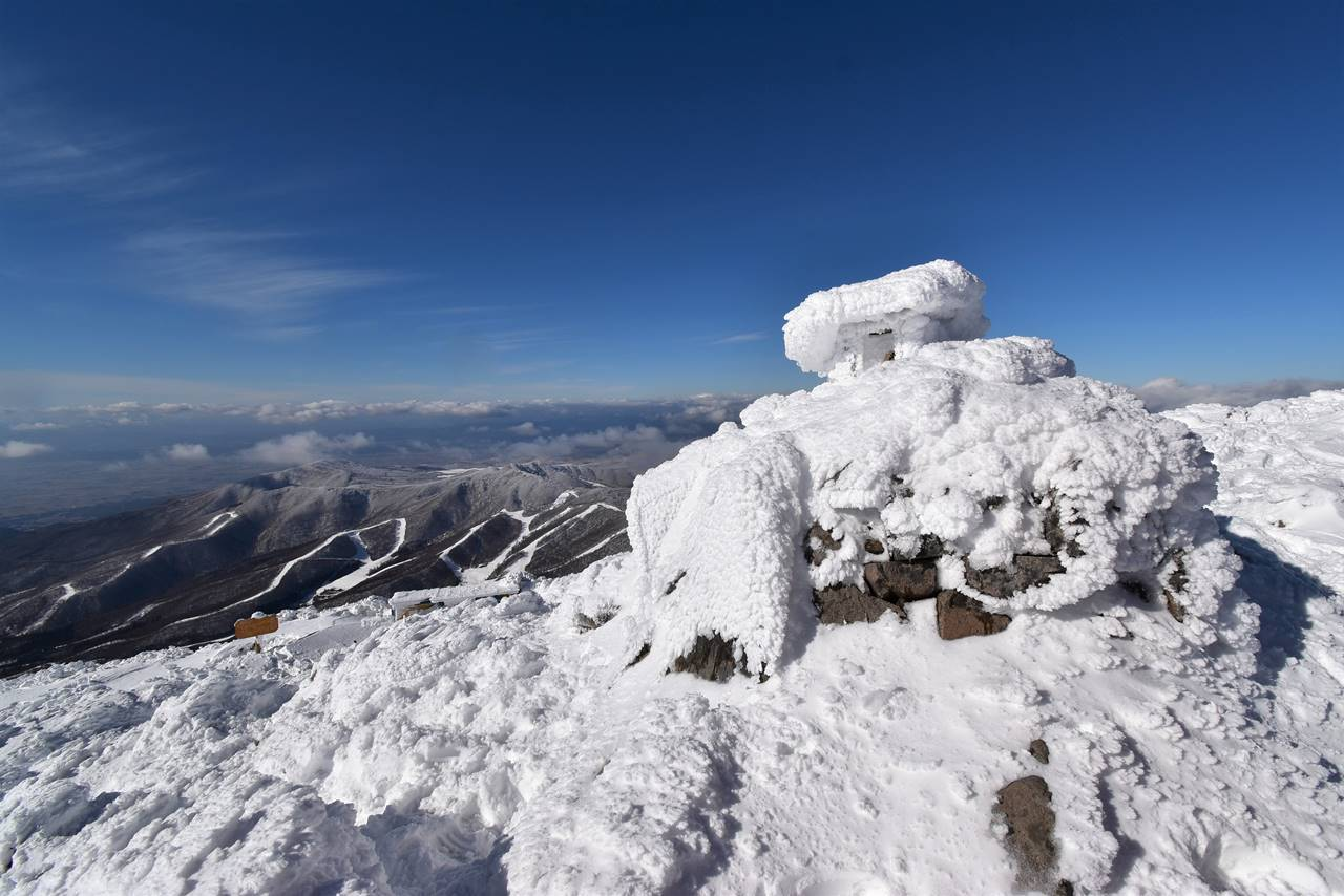 冬の磐梯山 山頂の祠