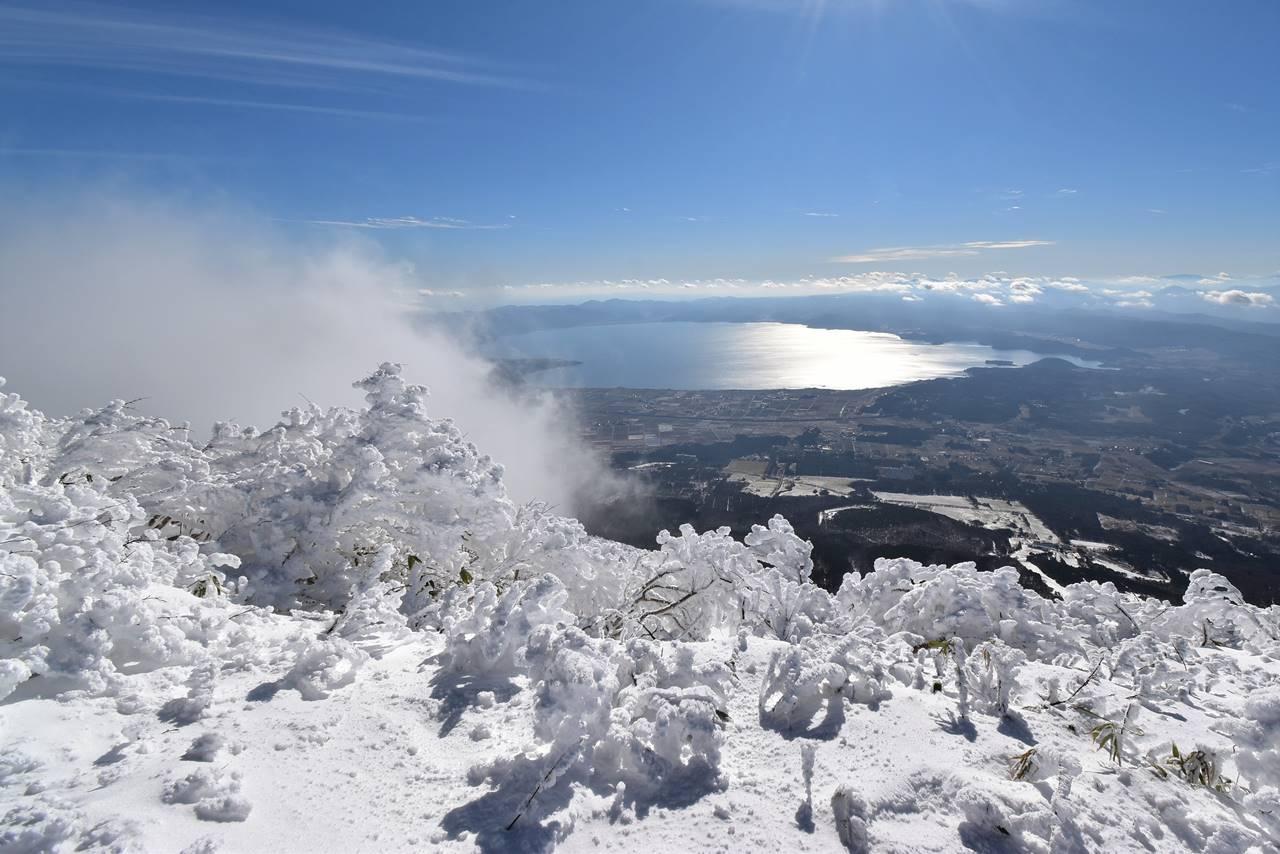冬の磐梯山から眺める猪苗代湖