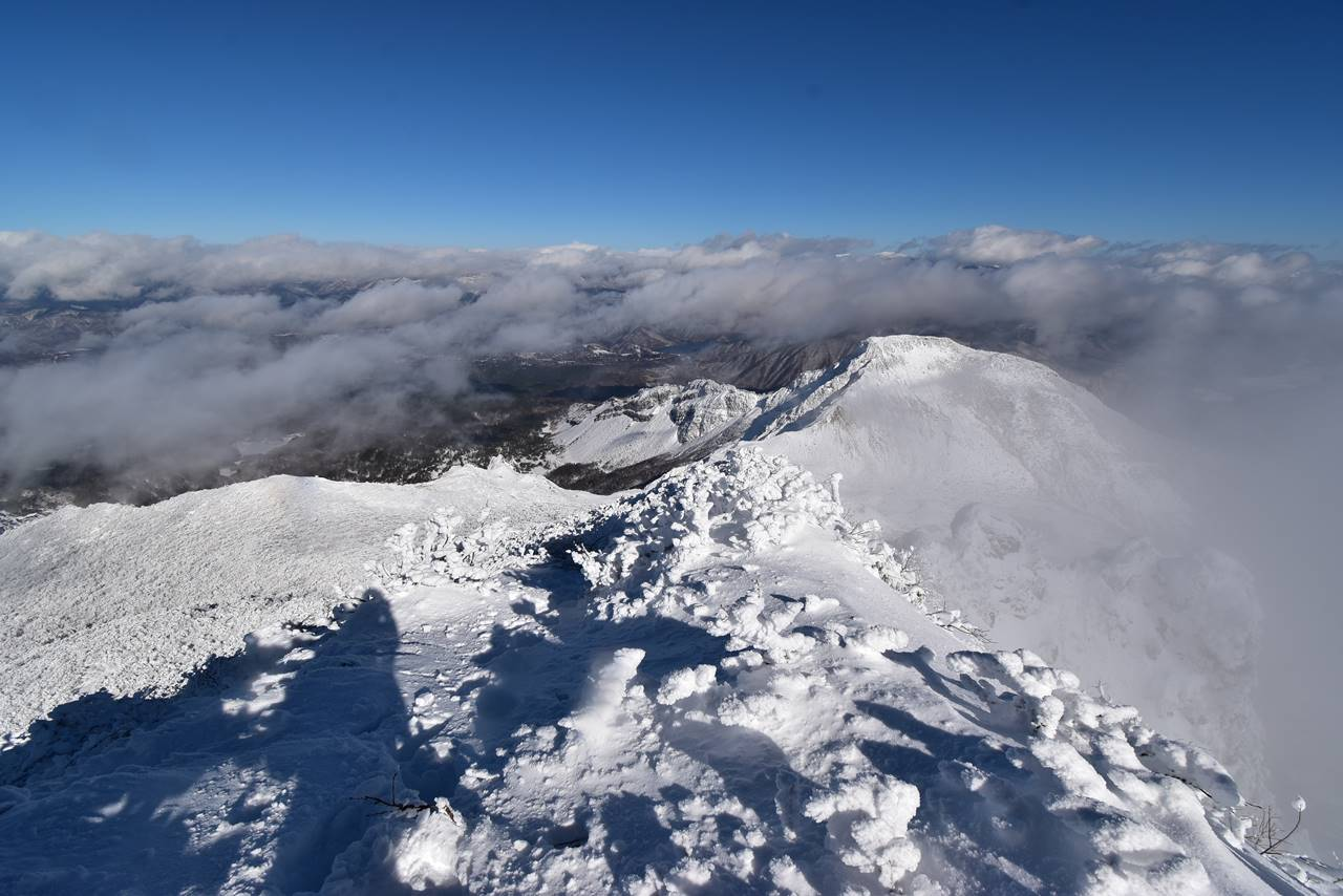 冬の磐梯山登山 雲海と青空