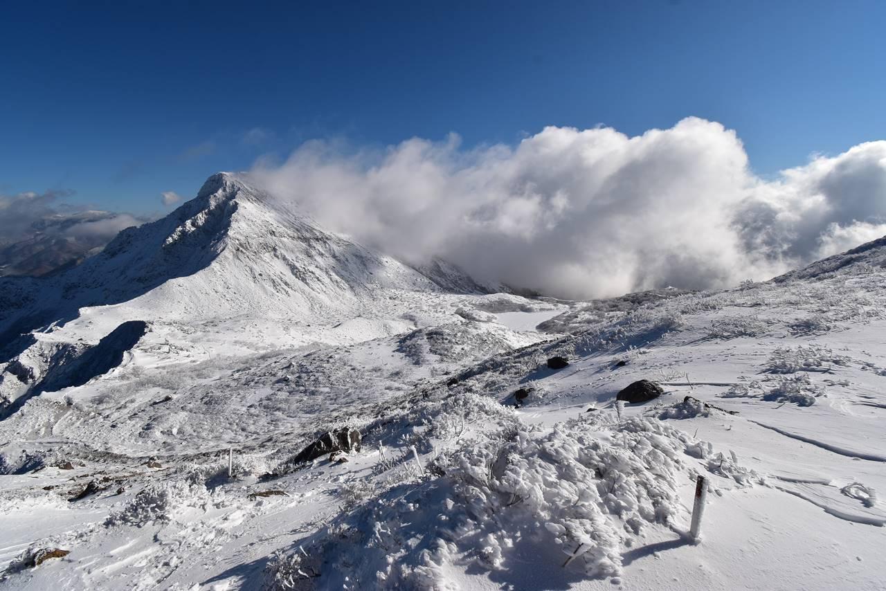 迫りくる雲と櫛ヶ峰(冬の磐梯山)