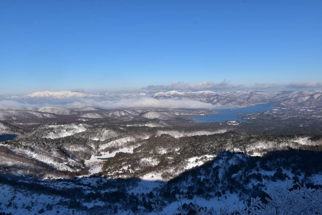 冬の磐梯山から眺める桧原湖