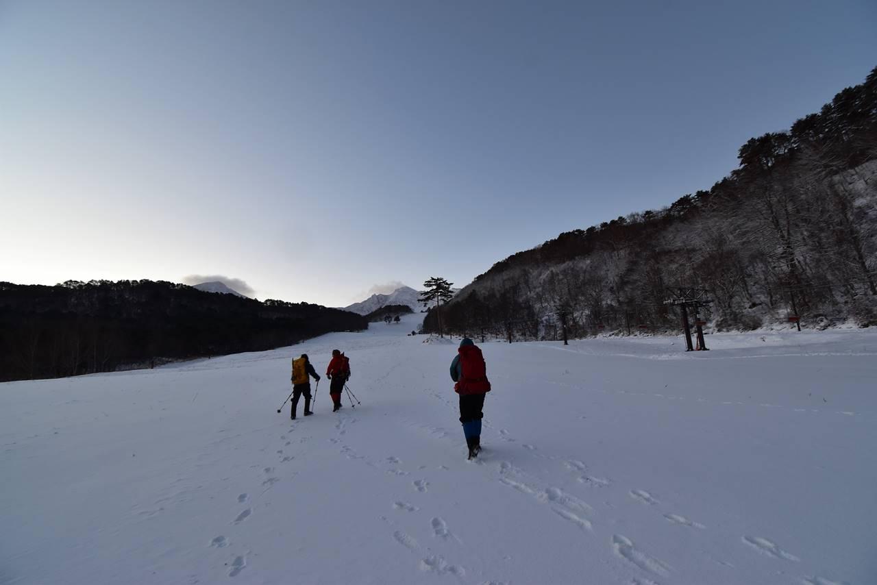 裏磐梯スキー場のゲレンデを登る