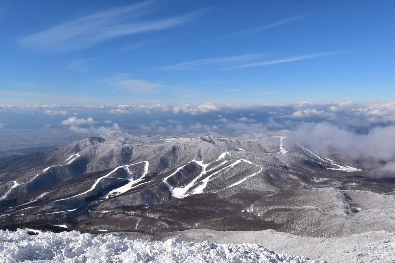冬の磐梯山から眺めるアルツ磐梯スキー場