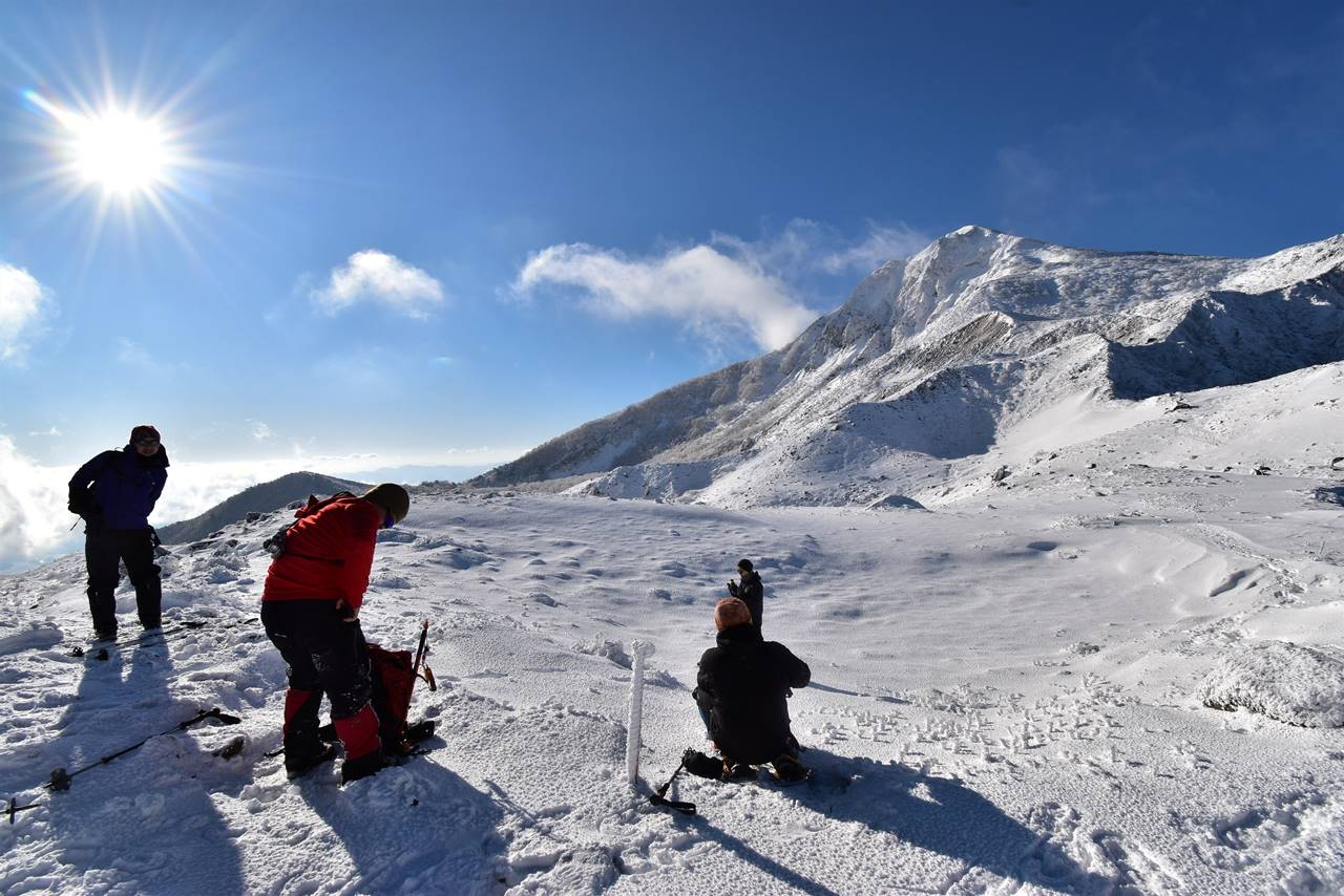 冬の磐梯山 稜線で休憩