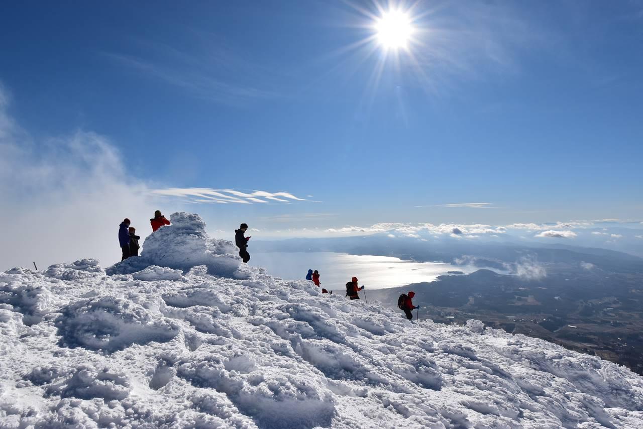 雪の磐梯山山頂から眺める猪苗代湖