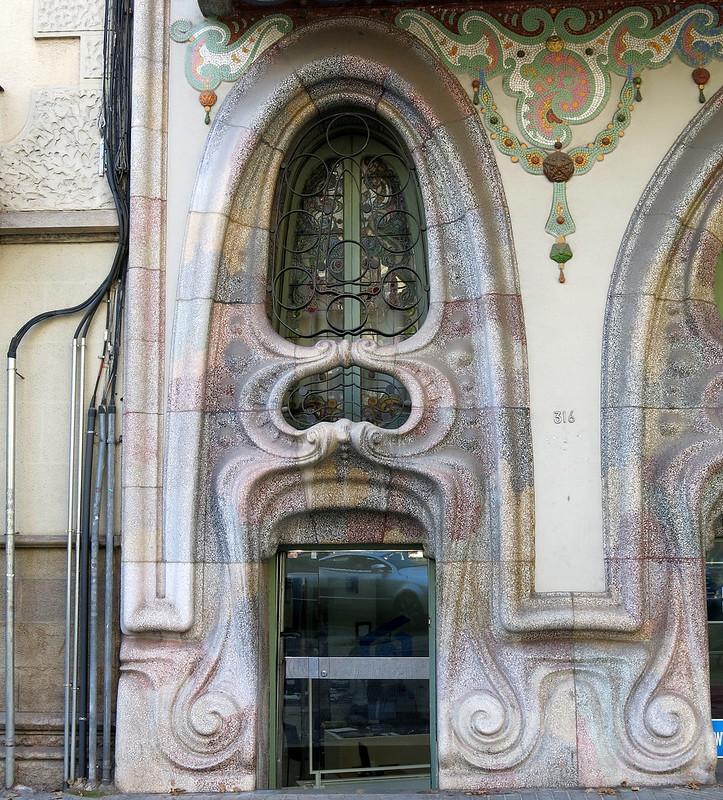 Side door:  Casa Comalat (1909-11), Carrer Corsega, Barcelona
