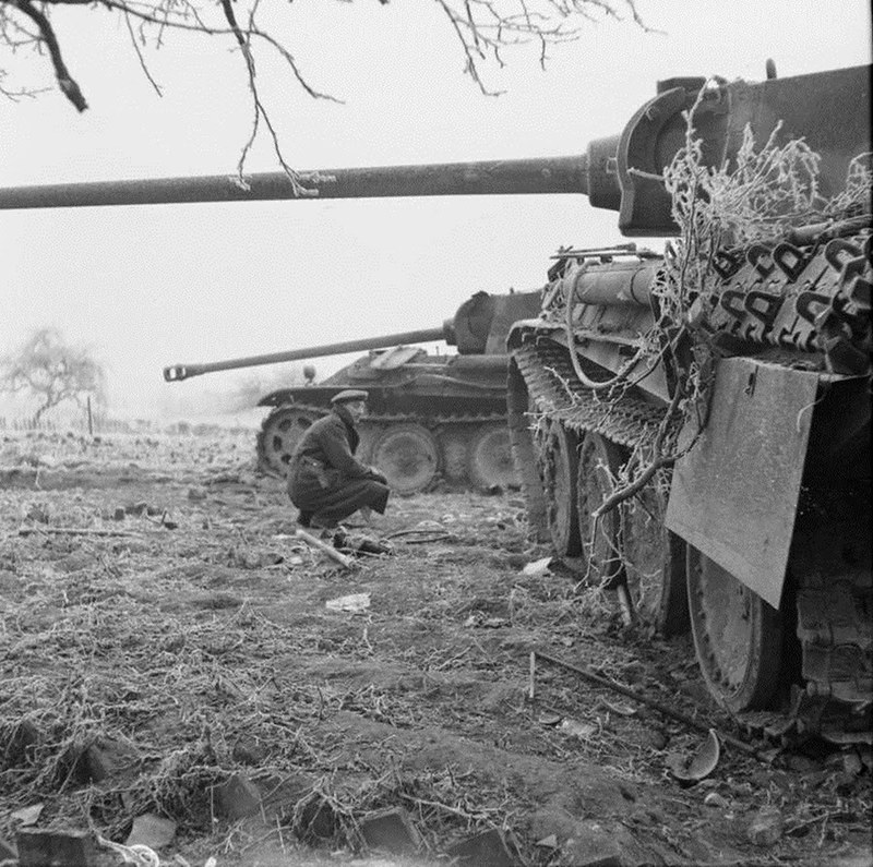 derpanzergraf: Battle of the Bulge -An Allied soldier watches two Panzer V Ausf.G Panther from the 2nd Panzer Division disabled nær Foy-Notre-Damme, on December 29, 1944, på det dybeste tidspunkt for indtrængen af 5 Panzer Army.