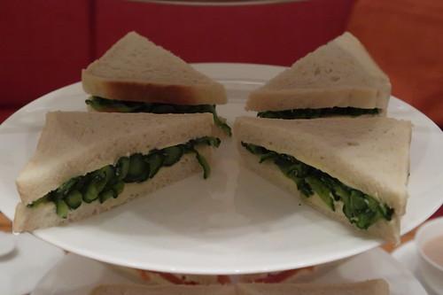 Etageren-Ebene mit Gurken-Sandwiches