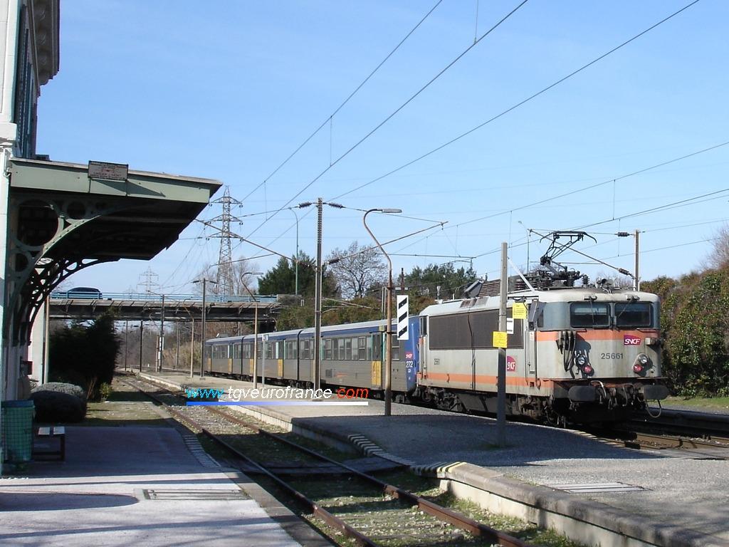 La locomotive BB 25661 en livrée béton TER PACA SNCF