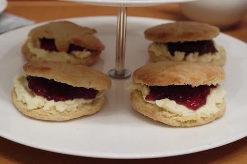 Etageren-Ebene mit Scones mit Clotted Cream und Erdbeermarmelade