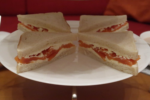 Etageren-Ebene mit Lachs-Meerrettich-Frischkäse-Sandwiches