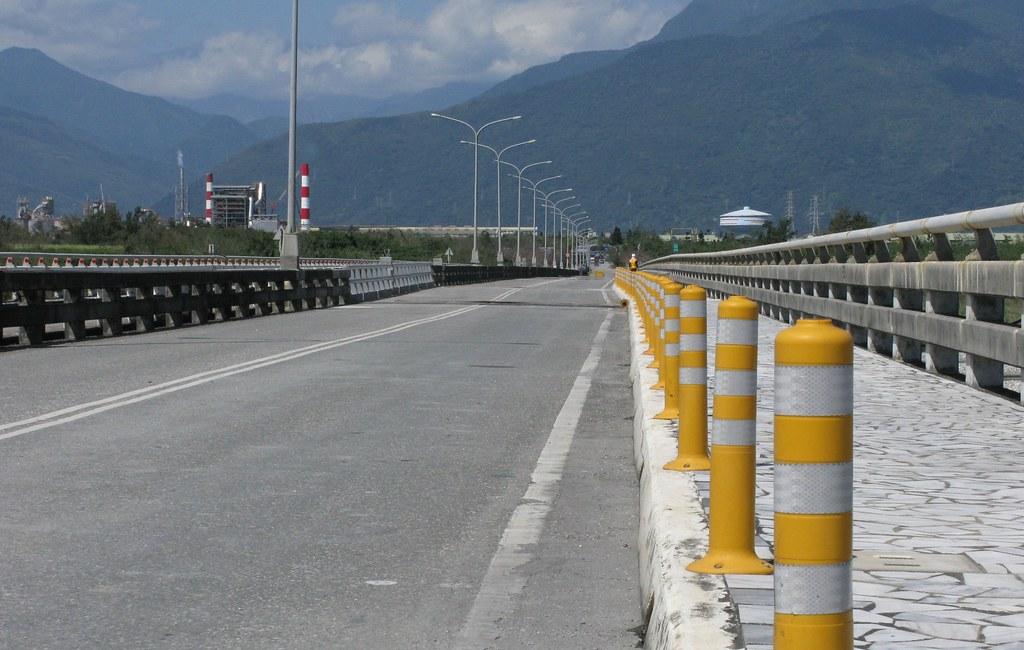 2018年0206花蓮地震嶺頂斷層北段於花蓮大橋發生明顯的左移位移。