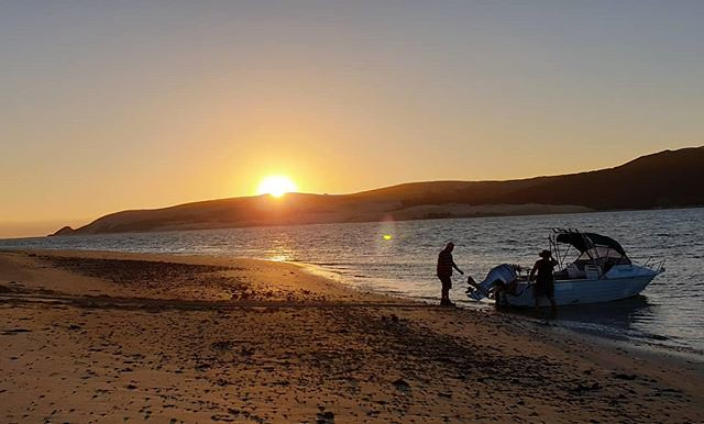 As the sunsets on 2019 we helped a couple of fullas get their boat onto the water #gooddeeds #hogmanay #roadtrip #campervanlife #summerholidays #exploringnz