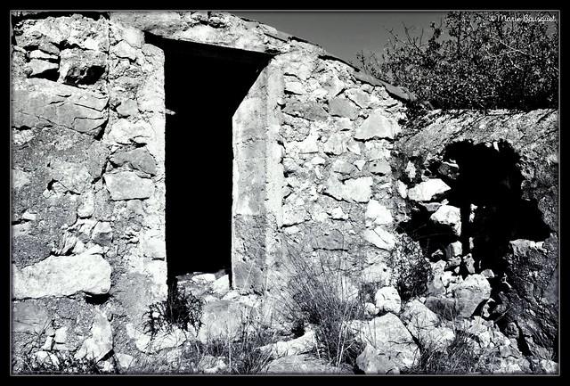 Porte d'une maison en ruines