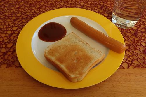 Vegetarisches Würstchen mit Curry-Ketchup und Toast