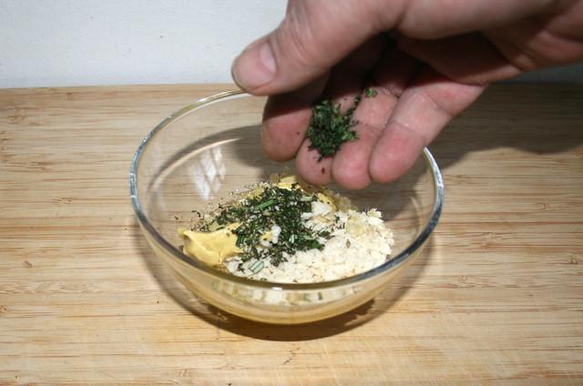 46 - Kräuter in Schüssel geben / Pur herbs in bowl