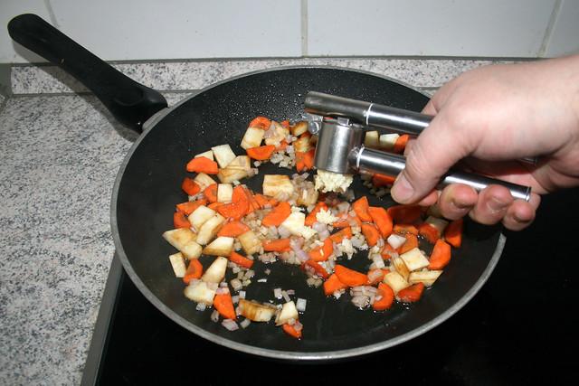 34 - Knoblauch dazu pressen / Squeeze garlic