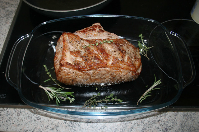 26 - Roastbeef mit Kräutern in vorgeheizte Auflaufform legen / Put roastbeef with herbs in preheated casserole