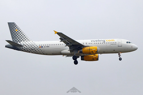 EC-MVN  -  Airbus A320-232  -  Vueling  -  LGW/EGKK 31/12/19 | by Plane Martin
