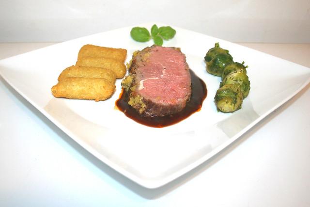 69 - Roastbeef with mustard herb crust - Side view / Roastbeef mit Senf-Kräuter-Kruste - Seitenansicht