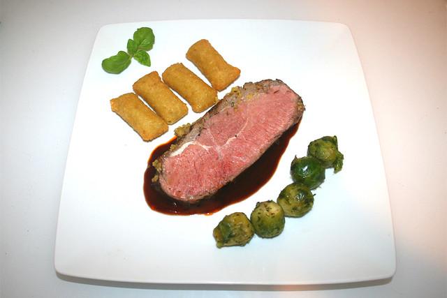 68 - Roastbeef with mustard herb crust - Served / Roastbeef mit Senf-Kräuter-Kruste - Serviert