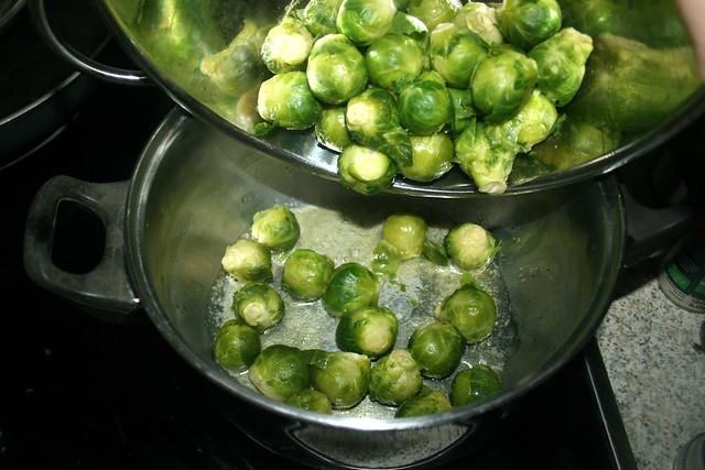 62 - Rosenkohl zurück in Topf geben / Put brussels sprouts back in pot
