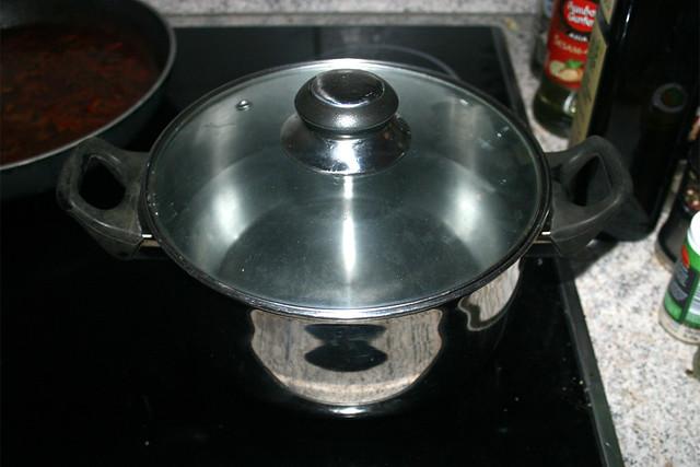 48 - Topf mit Wasser aufsetzen / Bring water in pot to a boil