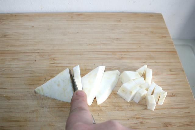 29 - Knollensellerie grob zerteilen / Hackle celeriac
