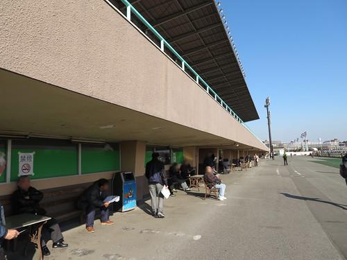 船橋競馬場のスタンド1階の外側