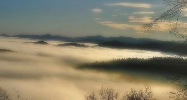 La chaîne des Vosges dans le brouillard