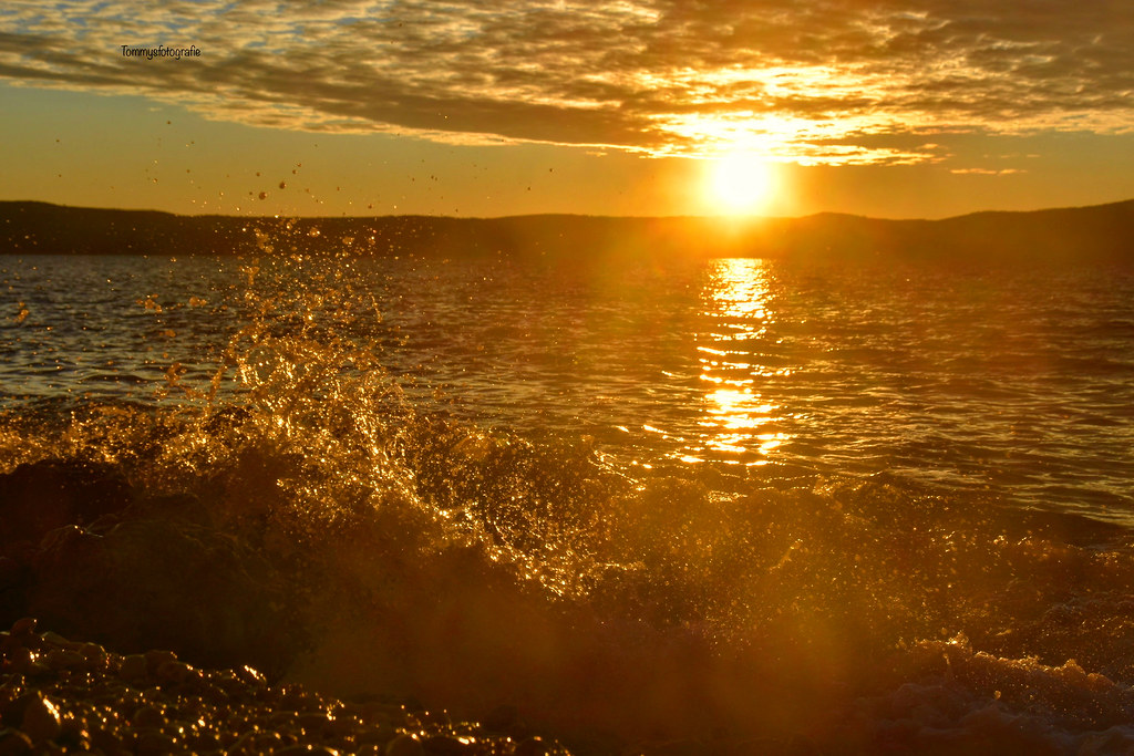 The waves are rolling golden on the beach, this is what I understand of goldenhour.