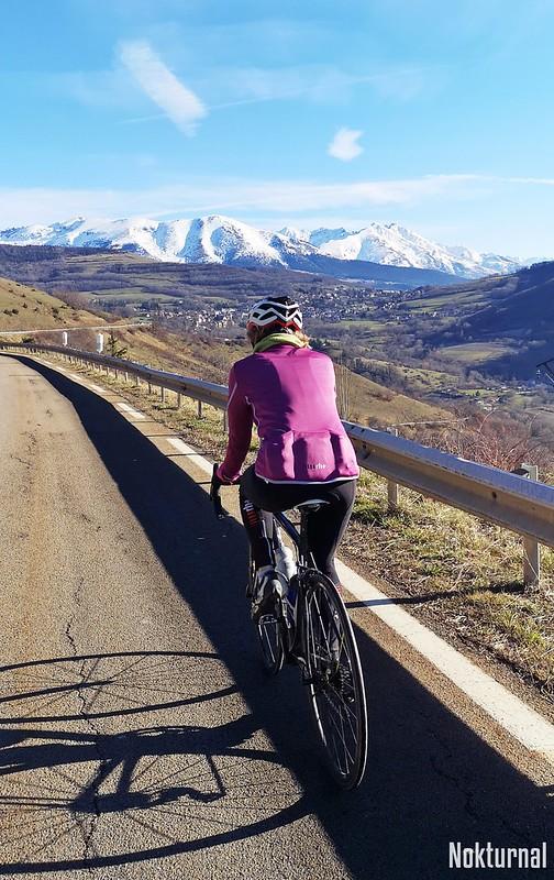 Nadine face au Taillefer dans la montée vers la Motte-d'Aveillans