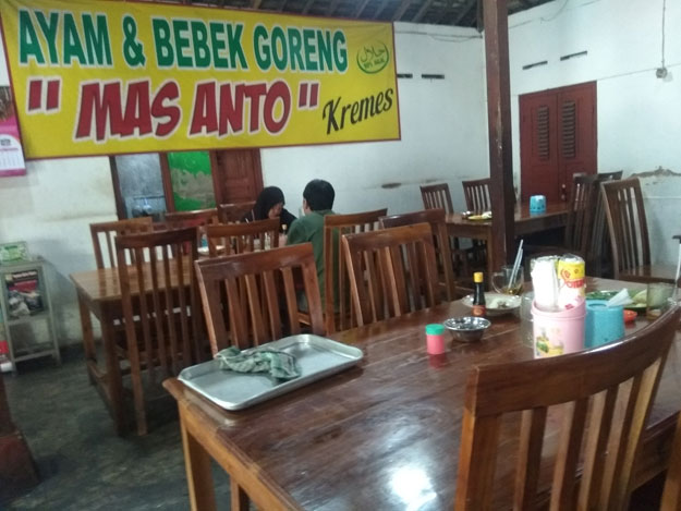 tempat-duduk-dengan-meja-kursi-rumah-makan