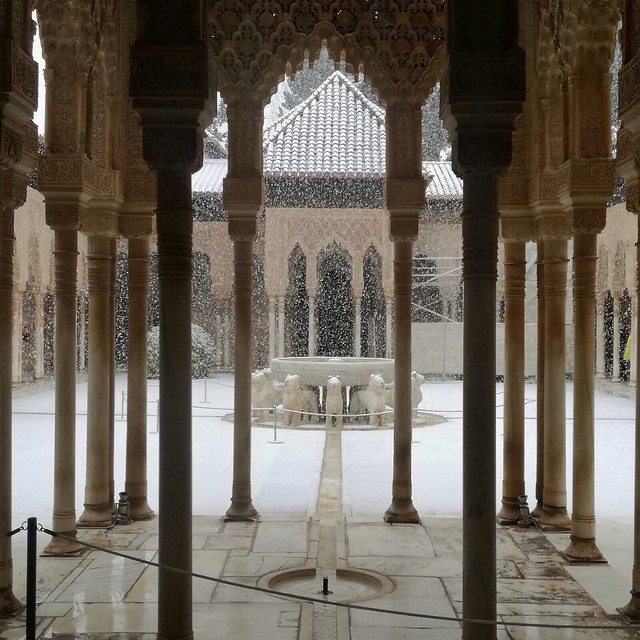 Nevando en el Patio de los Leones . Alhambra. Granada.