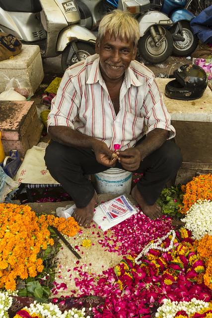 Confeccionando guirnaldas de flores