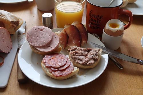 Fleischwurst, Schinken, Leberwurst und Salami auf Aufbackbrötchen zum Frühstücksei