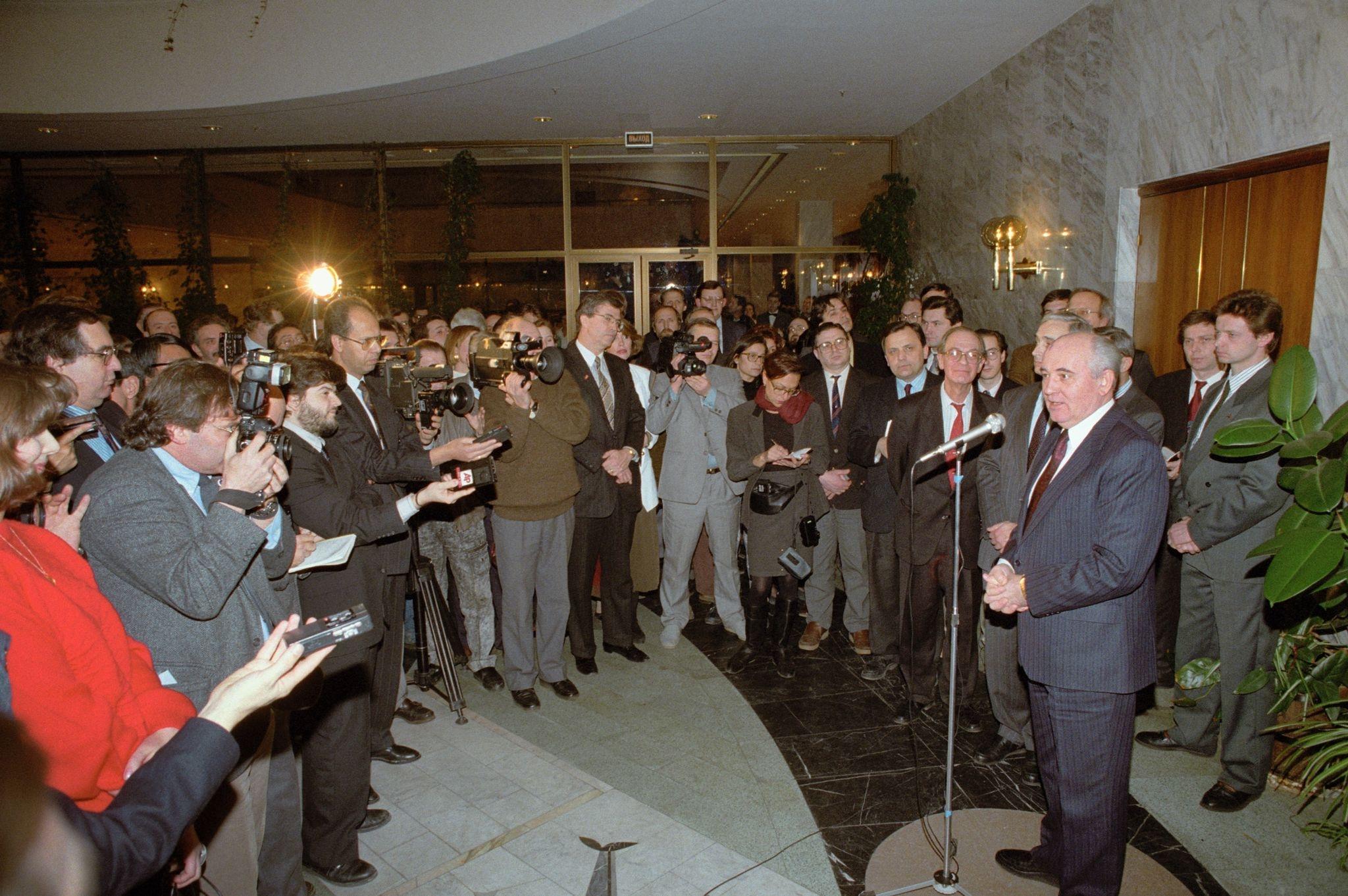 Бывший президент СССР Михаил Сергеевич Горбачев проводит пресс-конференцию после объявления о своем уходе 29 декабря 1991 года