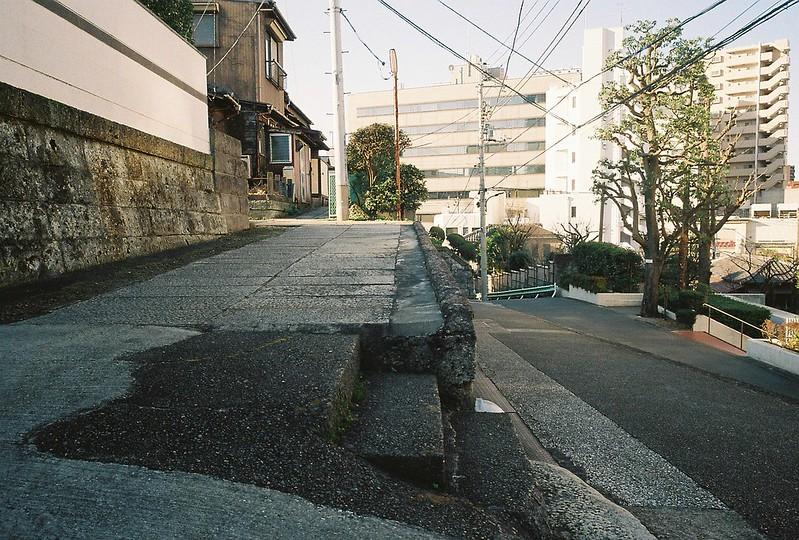 Ricoh GR1s+KodaK Ultramax400偽 東京いい道 しぶい道 三田聖坂 二本榎通り 清久寺へ入っていくスイッチバック式の石畳路地
