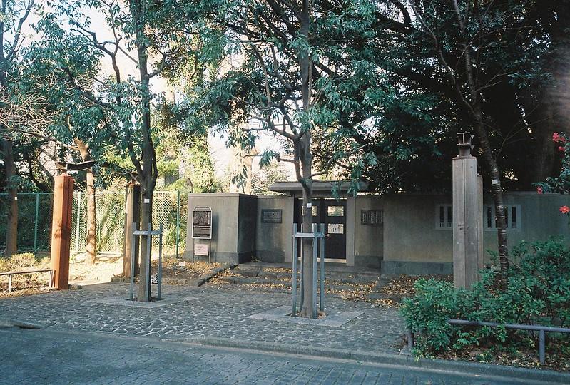 Ricoh GR1s+KodaK Ultramax400偽 東京いい道 しぶい道 三田聖坂 二本榎通り 都営高輪一丁目アパート奥の大石内蔵助以下赤穂浪士十七名の碑