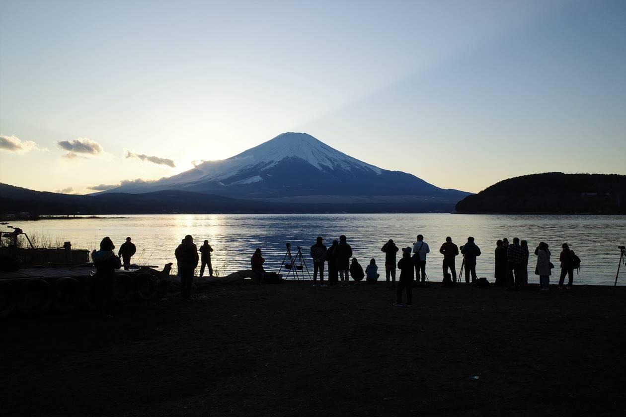 山中湖からの夕日を撮影するカメラマンたち