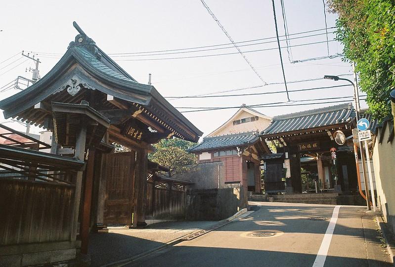 Ricoh GR1s+KodaK Ultramax400偽 東京いい道 しぶい道 三田聖坂 二本榎通り 仙翁寺と玉鳳寺が向かい合うT字路